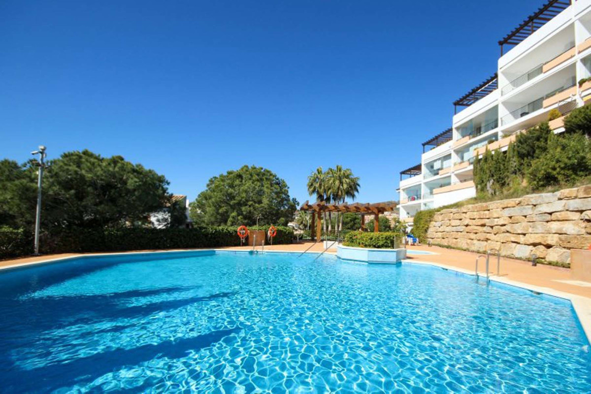 This ample 2 bedroom, 2 bathroom apartment is situated in a beautifully maintained complex at Mirafl,Spain