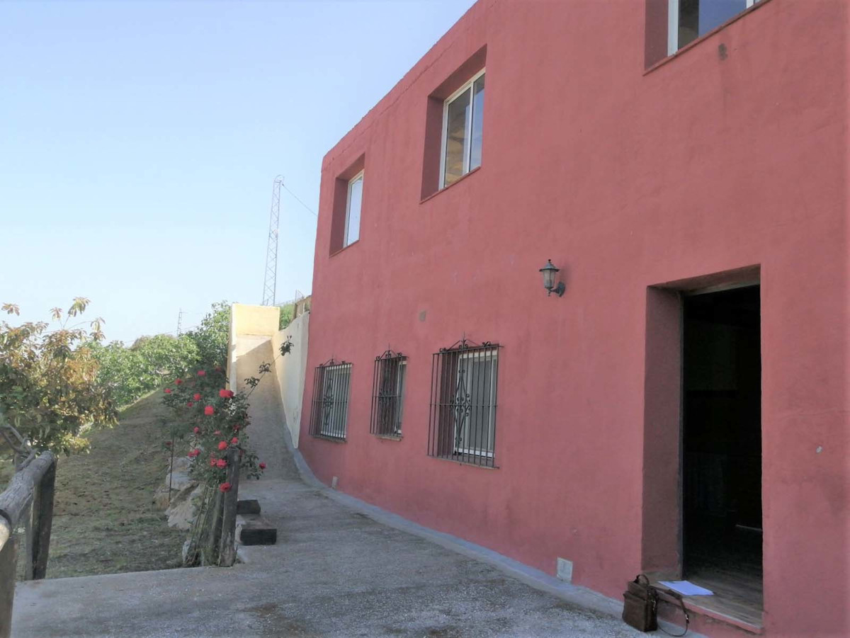 If you are looking for a project to make a fantastic villa with land within 10 minutes of La Cala de,Spain
