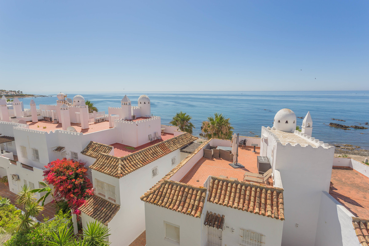 This beautiful bright 2 bedroom, 2 bathroom apartment definitely has the 'wow' factor.  Wi, Spain