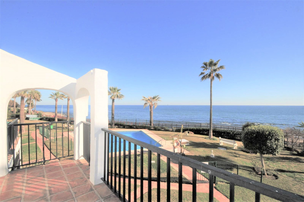 Fantastic, 3 bedroom, 3 bathroom duplex apartment / townhouse located front line beach in the area o Spain
