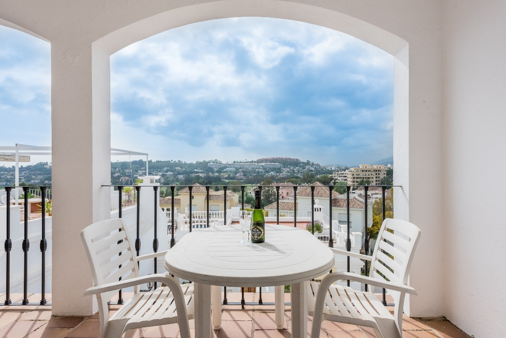 New to the market is this wonderfully located townhouse in the popular complex of Aloha Pueblo. The ,Spain