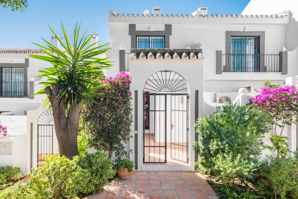 Great 2 bedroom town-house situated in a recently refurbished development of only 18 houses in Aloha, Spain