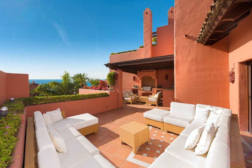 This fabulous duplex penthouse with amazing sea views is located in one of the most exclusive frontl, Spain