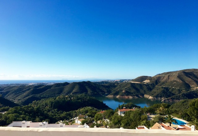 Best views of the Coast! Penthouse with 2 bedrooms and 2 bathrooms in urbanization Balcones del Lago, Spain