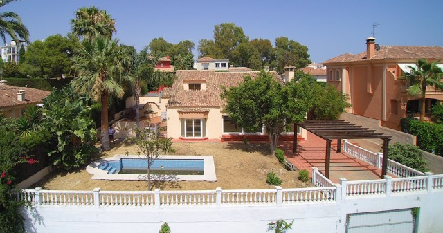 Great family or holiday villa on perfect private plot with restaurants and golf on walking distance.,Spain