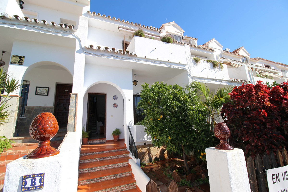BEAUTIFUL 2 BED TERRACED TOWNHOUSE WITH 2 PRIVATE PARKING CLOSE TO FUENGIROLA  This charming townhou, Spain