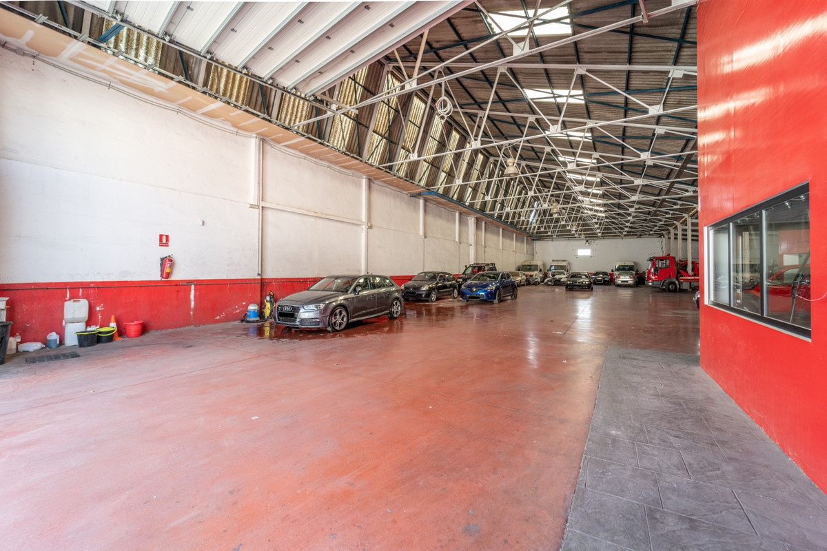 Great industrial warehouse, open plan and with very good interior lighting. It has an office with it,Spain