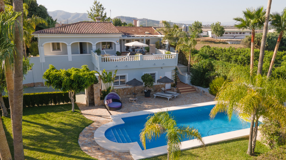 Opportunity! 282m2 luxury villa in Alhaurin de la Torre with 5700m2 of plot, where you can find frui, Spain