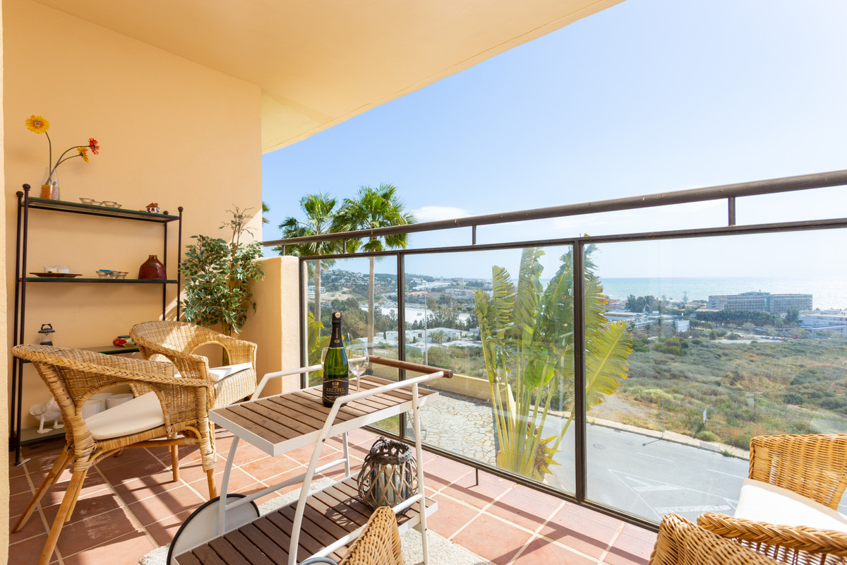 Welcome to this bright and airy apartment in one of La Cala's best areas. You access via a priv,Spain