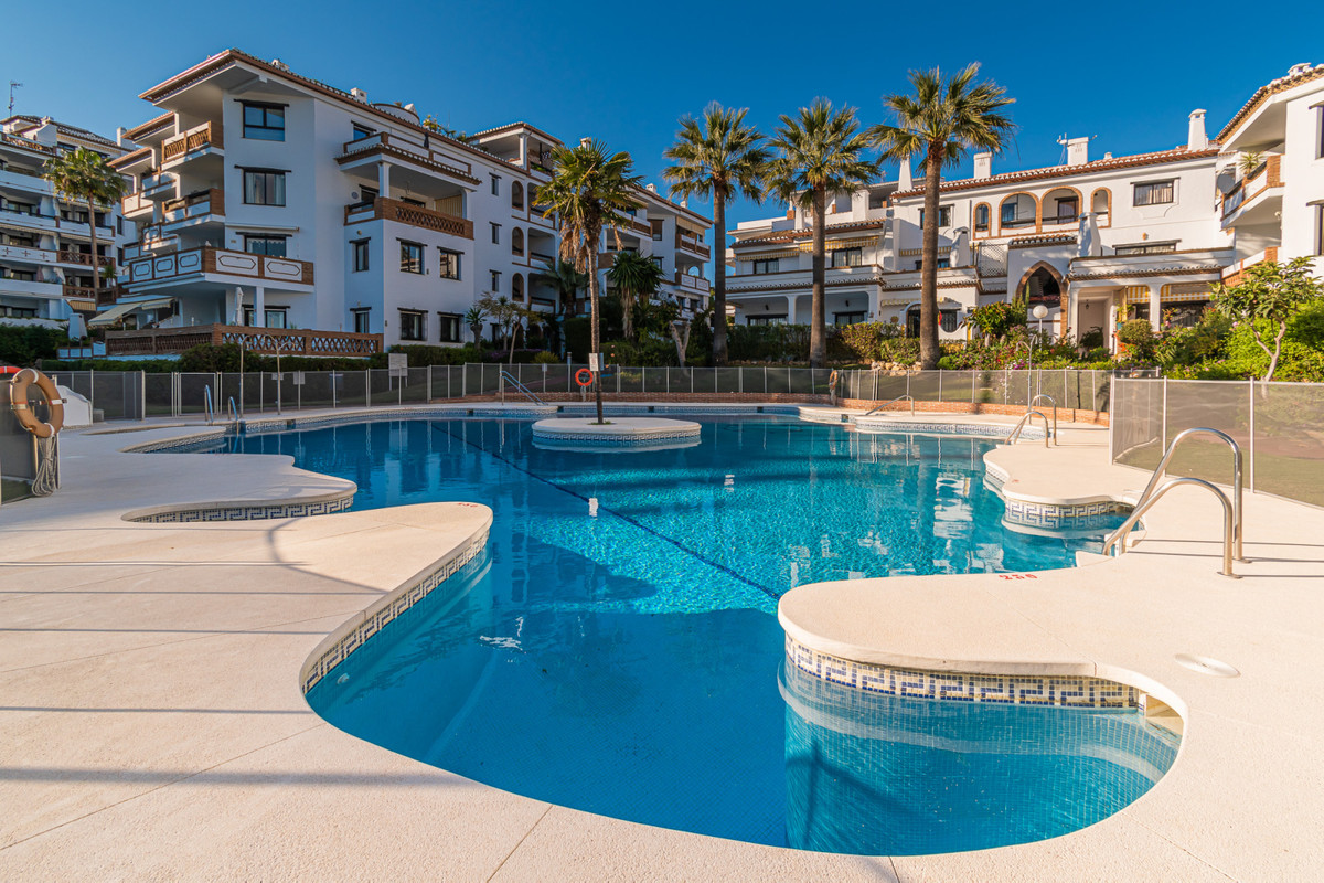Welcome to this bright and spacious Top Floor Apartment in Calahonda! The apartment is located in th, Spain