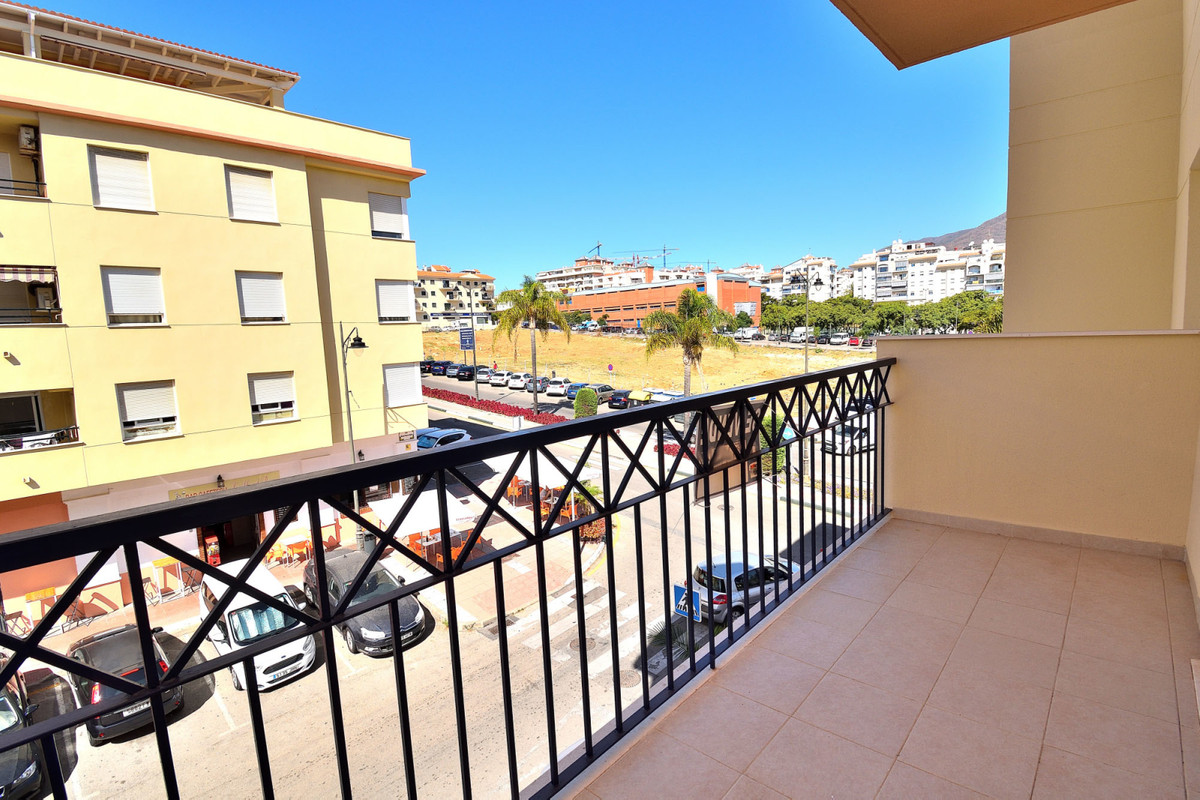 Welcome to this spacious apartment in Estepona town! The block is located next to the Estepona Sport, Spain