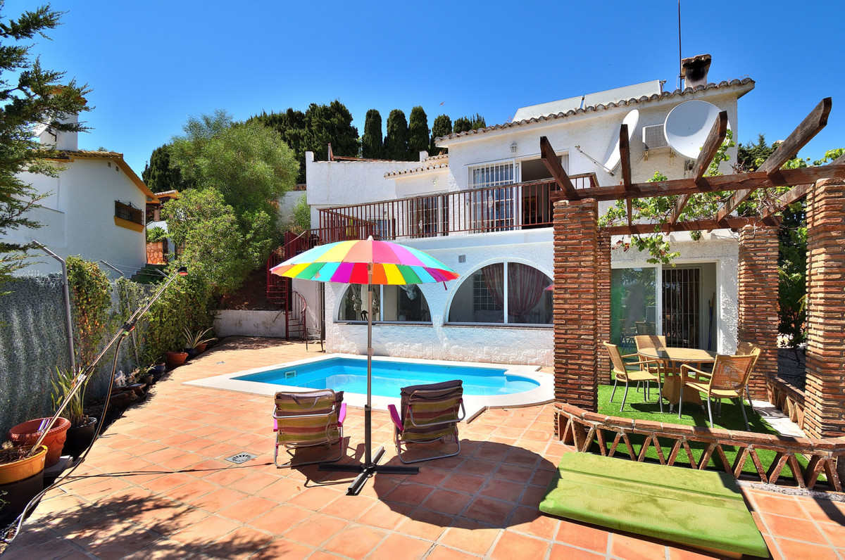 Villa with three bedrooms, three bathrooms and a small guest house in the garden. The villa is locat, Spain