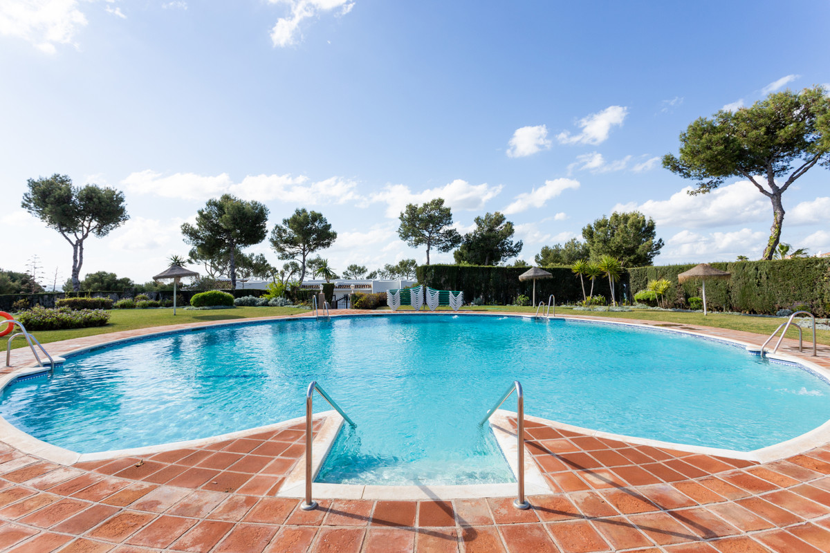 Well-maintained apartment in Miraflores close to all amenities, only 15 minutes' walk to the be,Spain