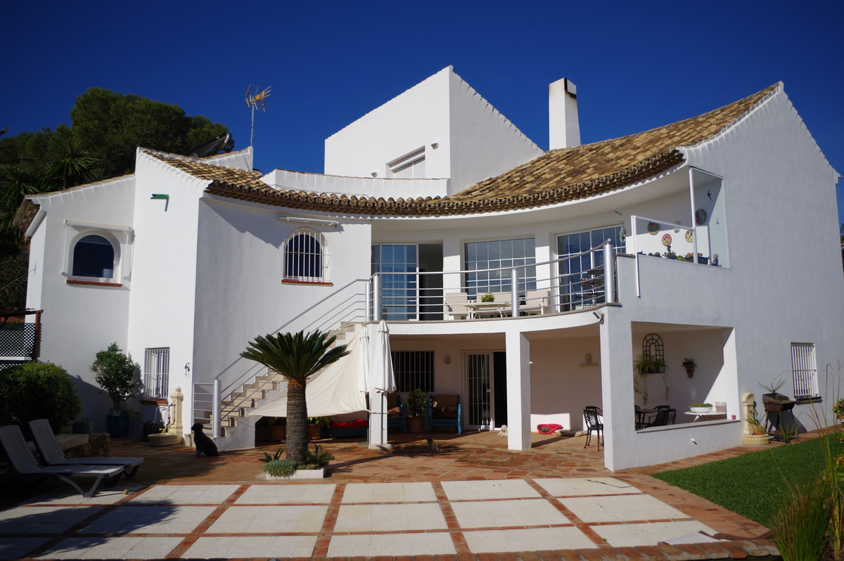 Villa for sale in Estepona with 5 bedrooms and 4 bathrooms, with private swimming pool, private gara,Spain