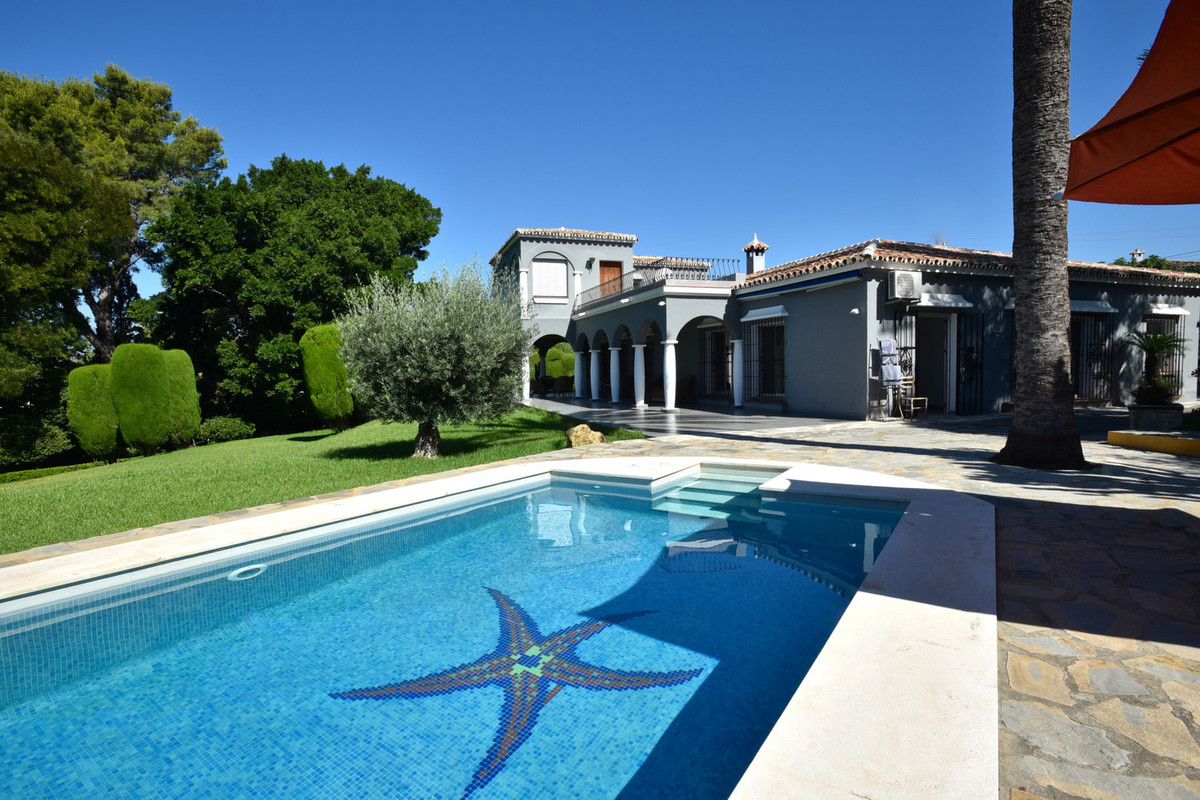 A great located property in a very tranquil area of San Pedro, within walking distance to all types ,Spain