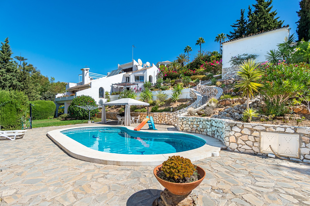 Cozy detached house on a spacious plot of more than 2,000m², a short drive from the center of Fuengi,Spain