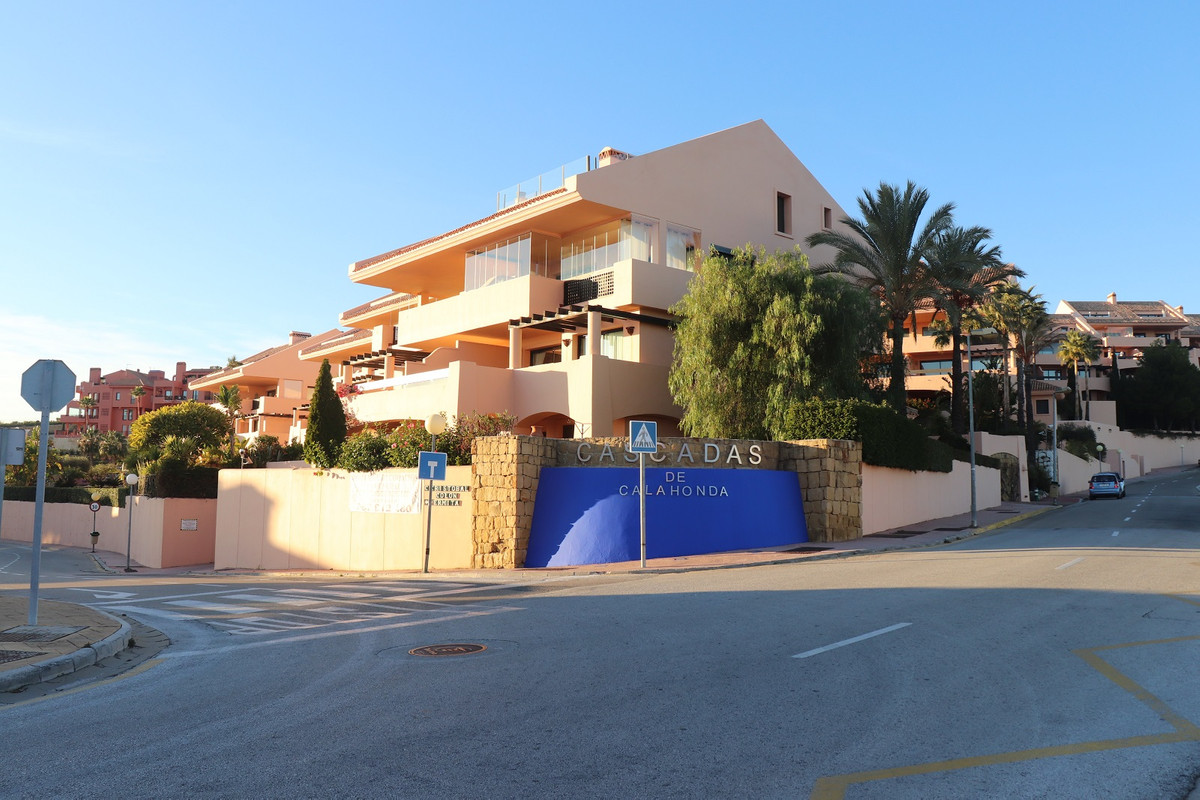 Spacious middle floor corner apartment in the well maintained and quiet community of Las Cascadas, C,Spain