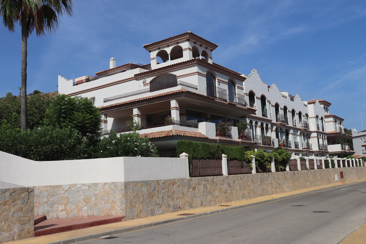 Beautiful and spacious penthouse apartment in a well kept peaceful condominium called Oasis de La Ca,Spain