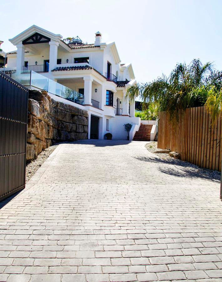 This stunning property recently refurbished to a high standard is new to the market. Situated very c,Spain