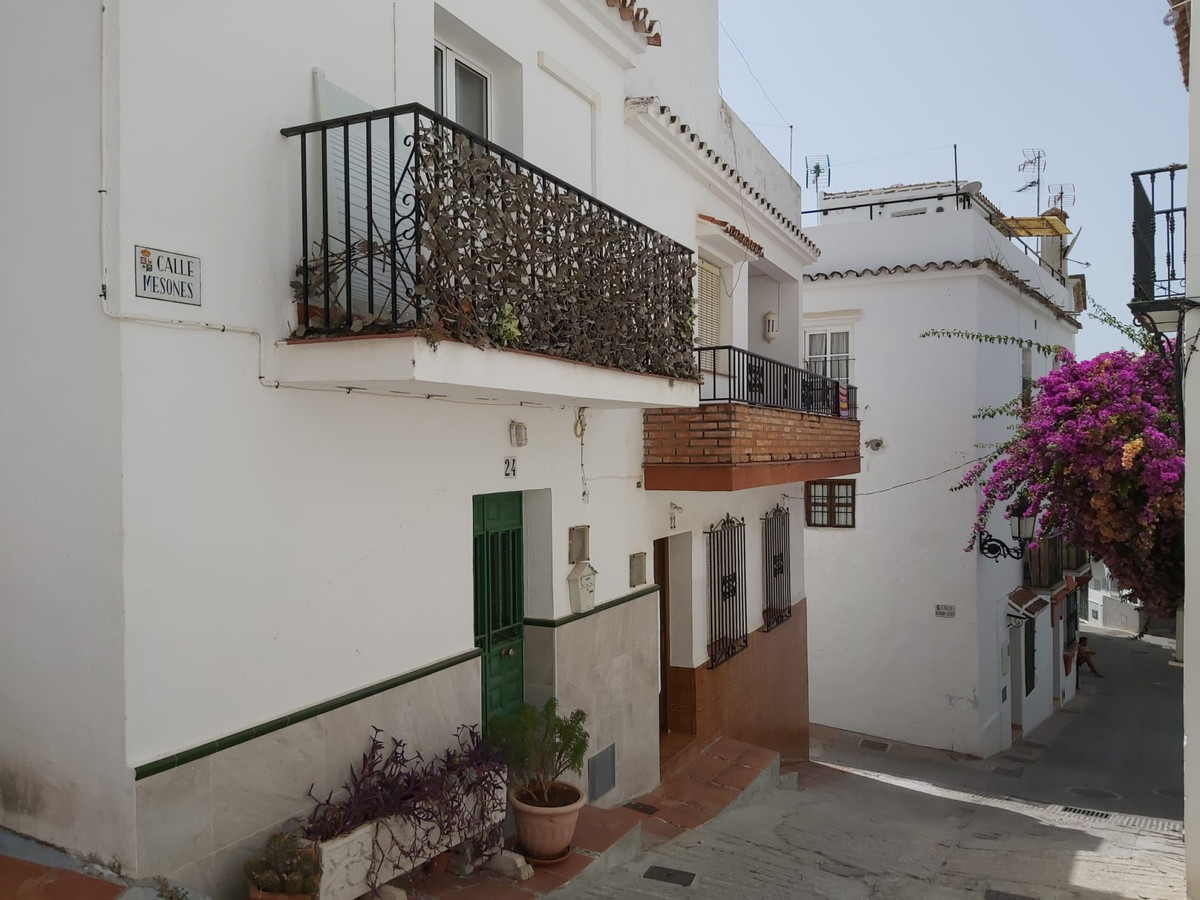Cozy townhouse in the village of Ojen.   The property distributed over 3 floors is recently renovate,Spain