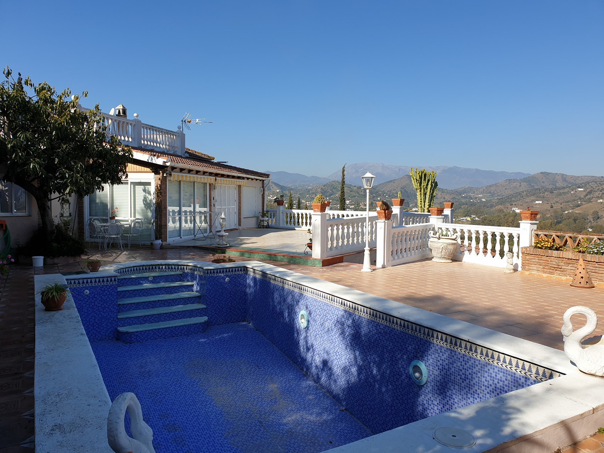 Excellent opportunity to purchase 2 large country houses on adjoining plots.  The main house compris,Spain