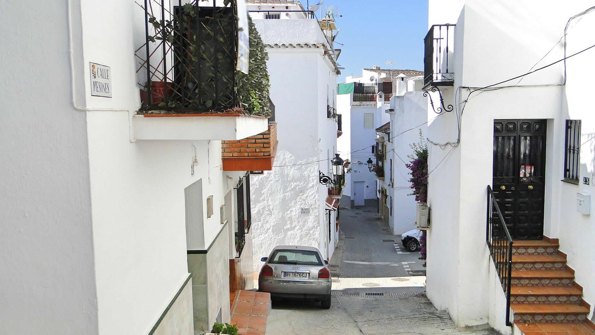 Cozy townhouse in the village of Ojen.   The property distributed over 3 floors is recently renovate, Spain