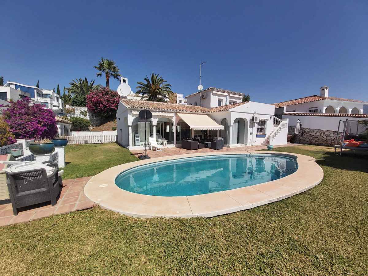 Detached villa situated in the popular village of Cerros del Aguila, just a few minutes drive from F,Spain