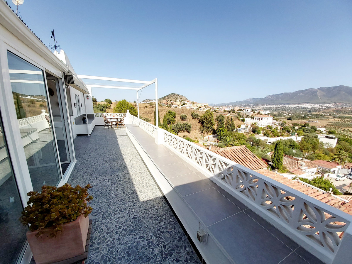 Detached 3 bedroom house in immaculate condition with spectacular views in an elevated and private p,Spain