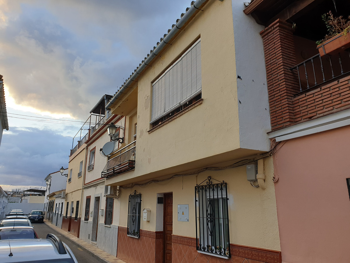 Large townhouse located in the heart of Coin.  The property is distributed over 2 floors. The ground, Spain
