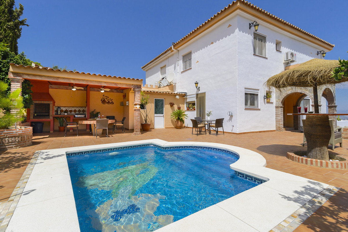 Semi-detached house in the urbanisation Casasblancas.  The property of 210m2 is distributed on 3 flo,Spain