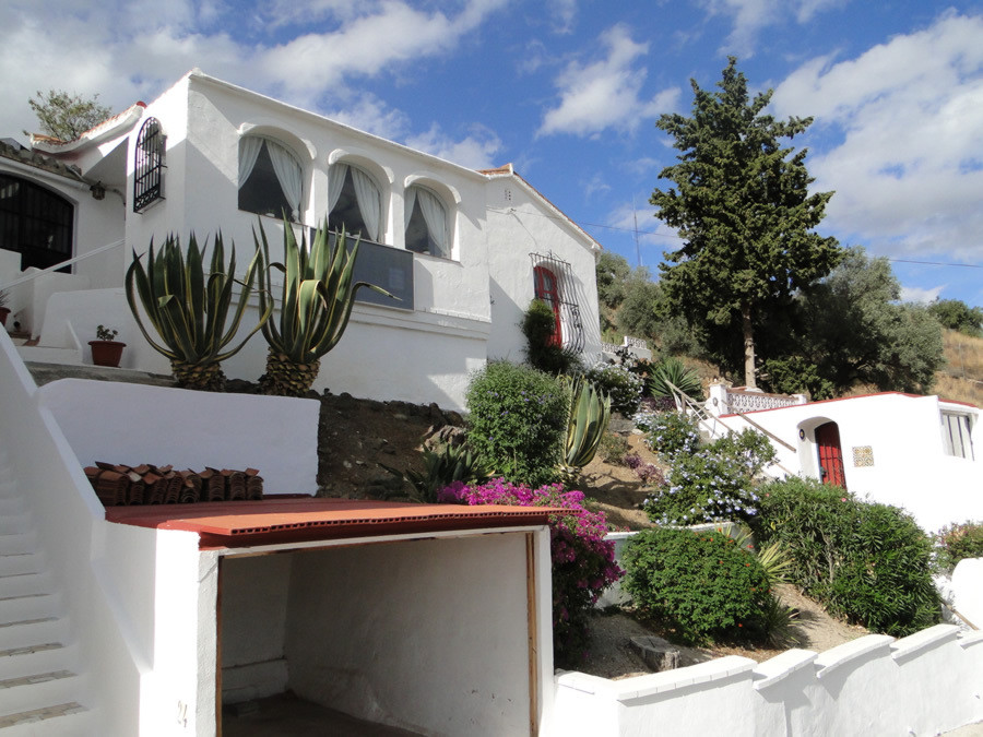 Detached villa on a corner and elevated position in a popular and well established urbanisation in C,Spain