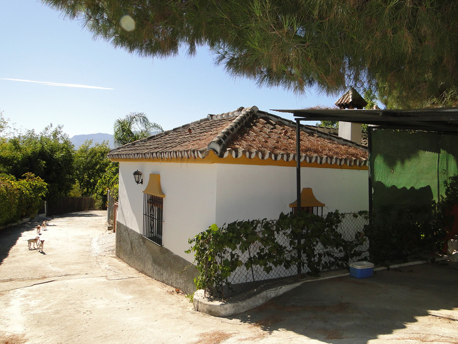 Country finca situated in a tranquil location close to the Rio Grande river.  The main house has an ,Spain