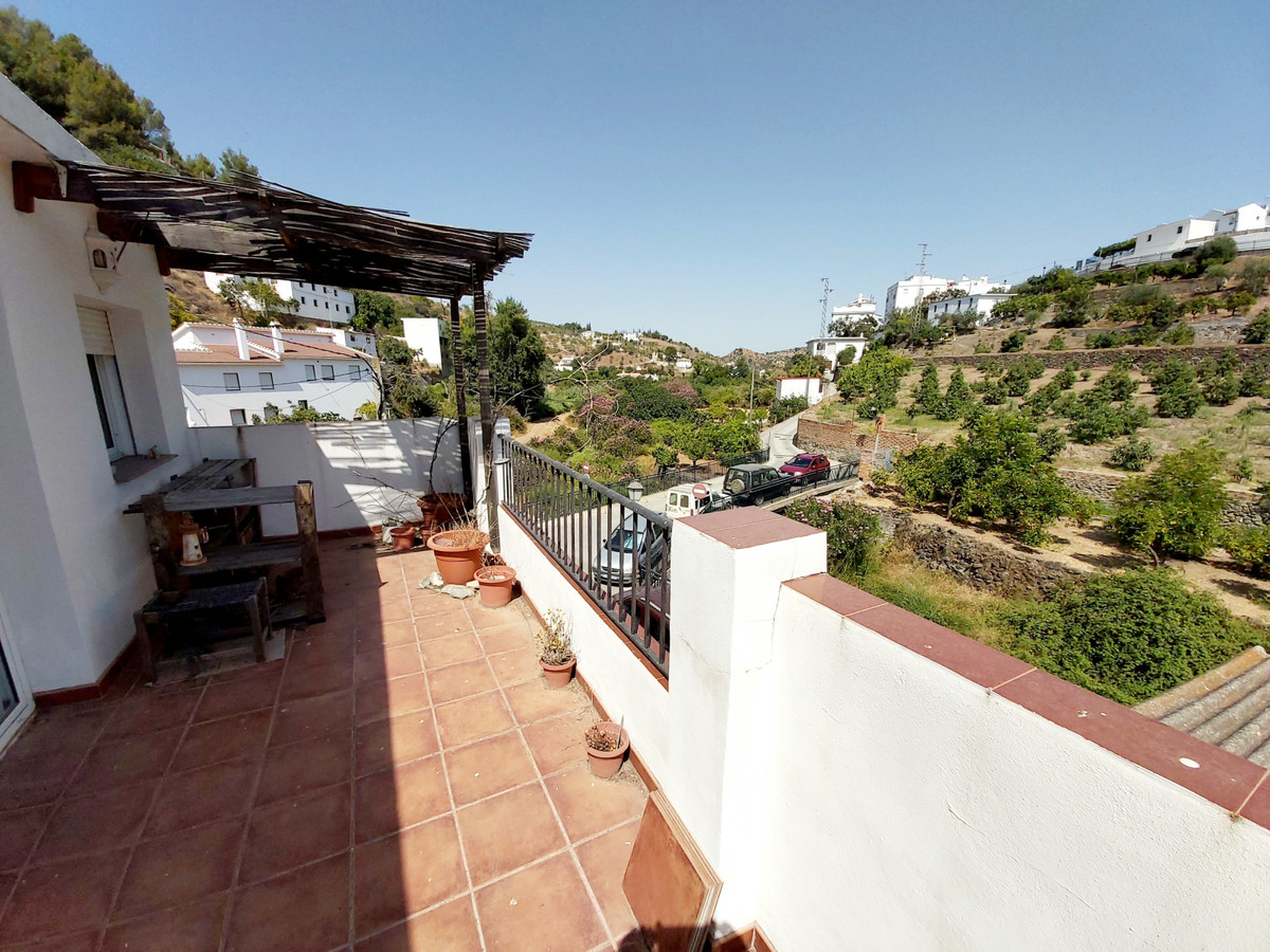 Bargain townhouse close to the centre of the village.  The property on 3 floors  comprises living ro,Spain