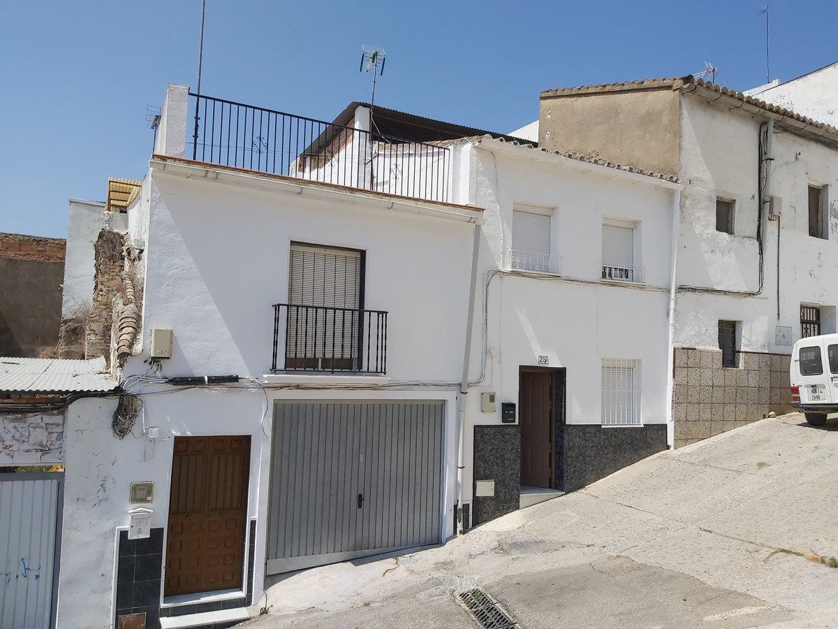Townhouse in the centre of Coin, close to schools, supermarkets, bars, restaurants.  The large house, Spain