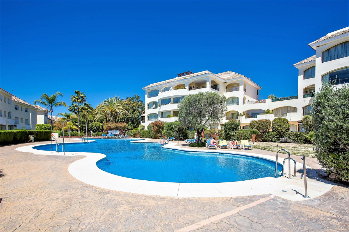 Very large and bright middle floor apartment in bahia de marbella. ony 400 m from the ebst beaches i,Spain
