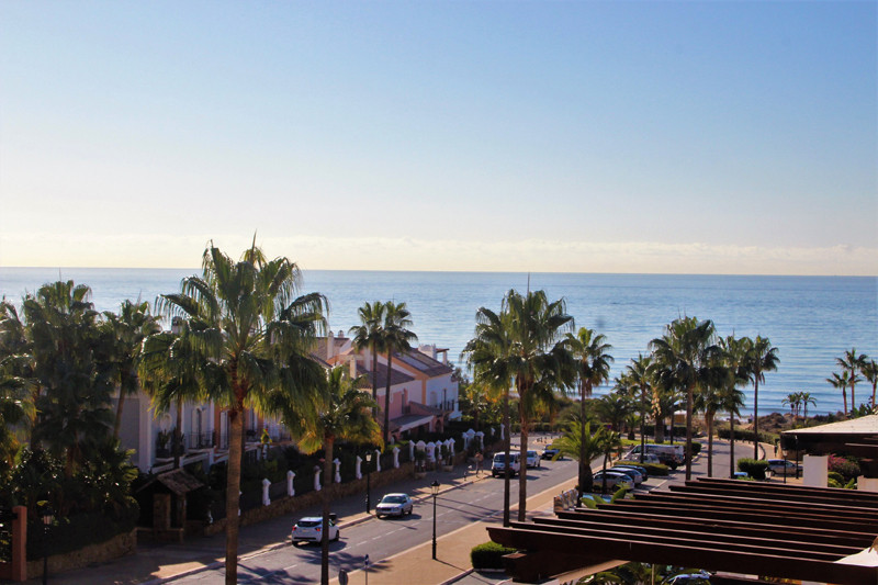 Fantastic penthouse set in a beachfront complex in bahia de marbella. Completely refurbished and upd,Spain