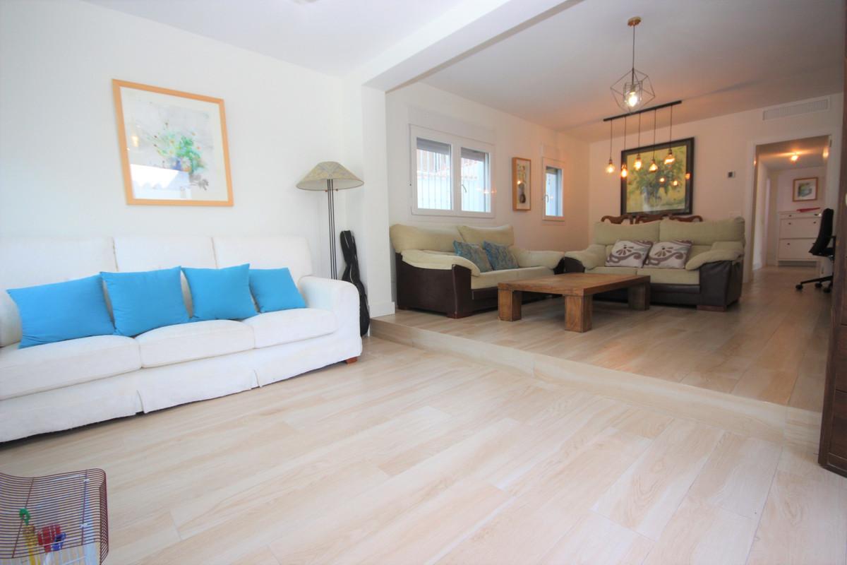 Villa en Venta en Costabella – R3508123
