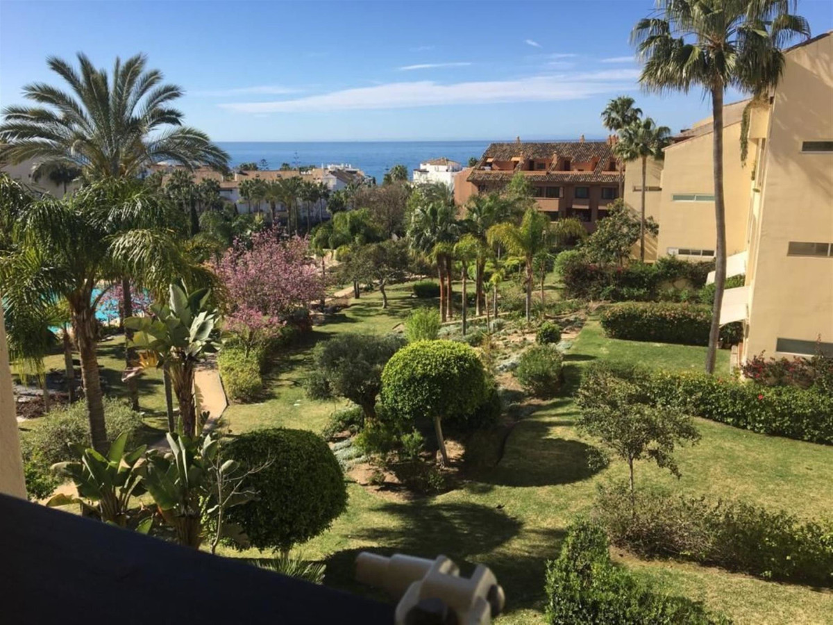 Middle floor apartment with beautiful sea views, only 220 m from the best beaches in bahia de marbel, Spain