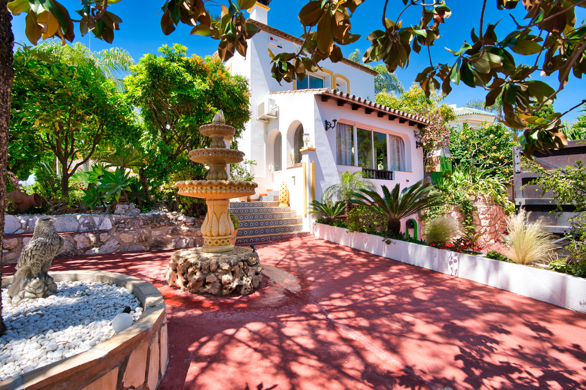 Magnificient villa in the well know Urb Bel Air, with 2 floors and basement, with big plot of more t,Spain