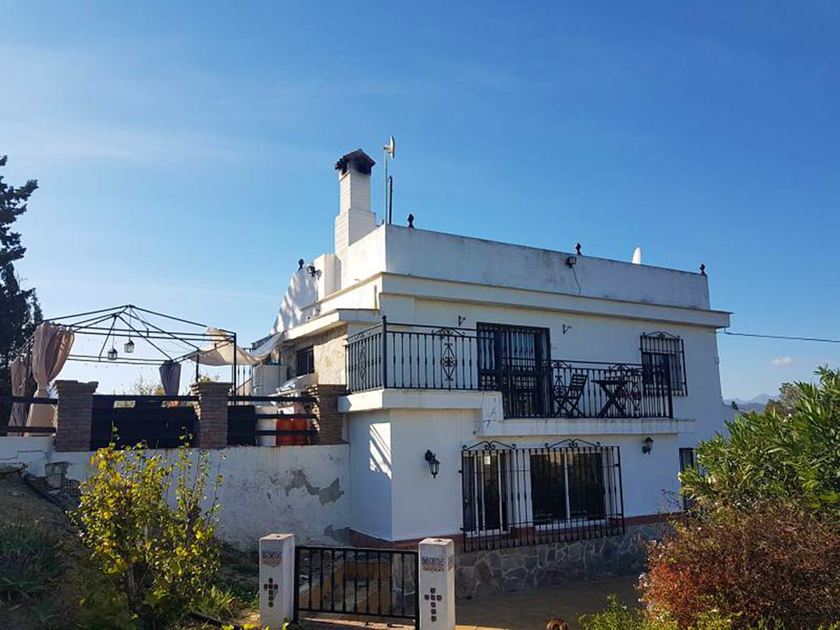 BANK REPOSSESSION: Nice country home in a good location in Alhaurin el Grande.  The property compris, Spain