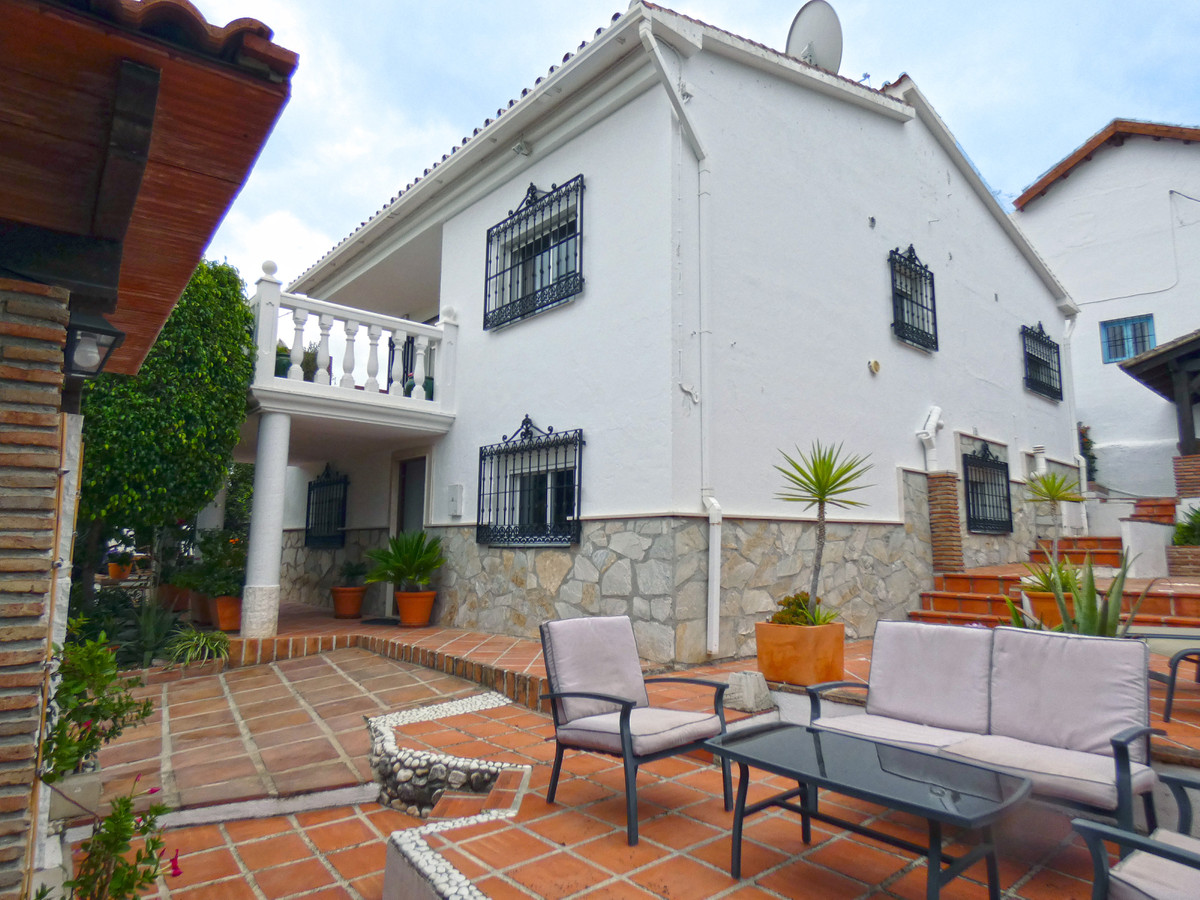 This immaculately presented detached country property is located just on the outskirts of the vibran,Spain