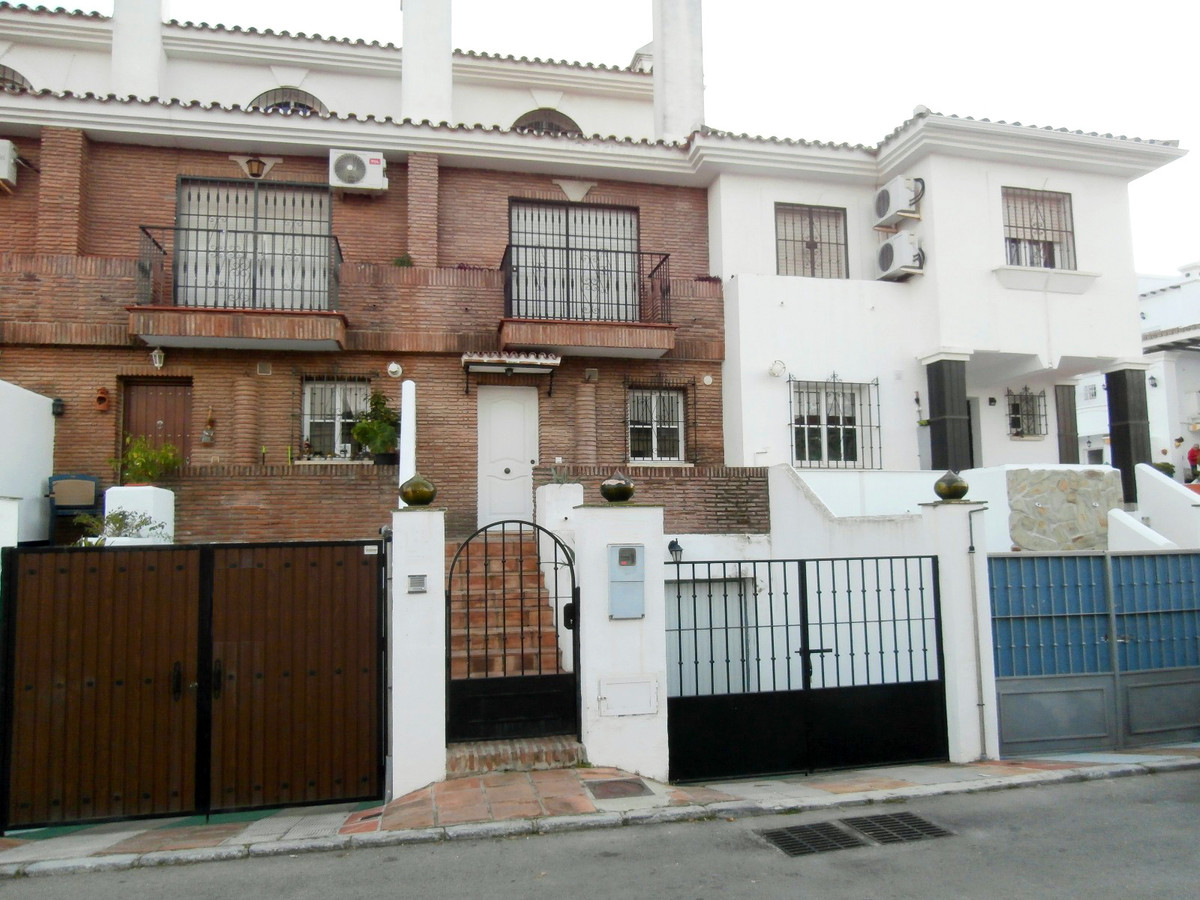 BANK REPOSSESSION: Townhouse in Alhaurin el Grande.  The property comprises 3 bedrooms with fitted w, Spain
