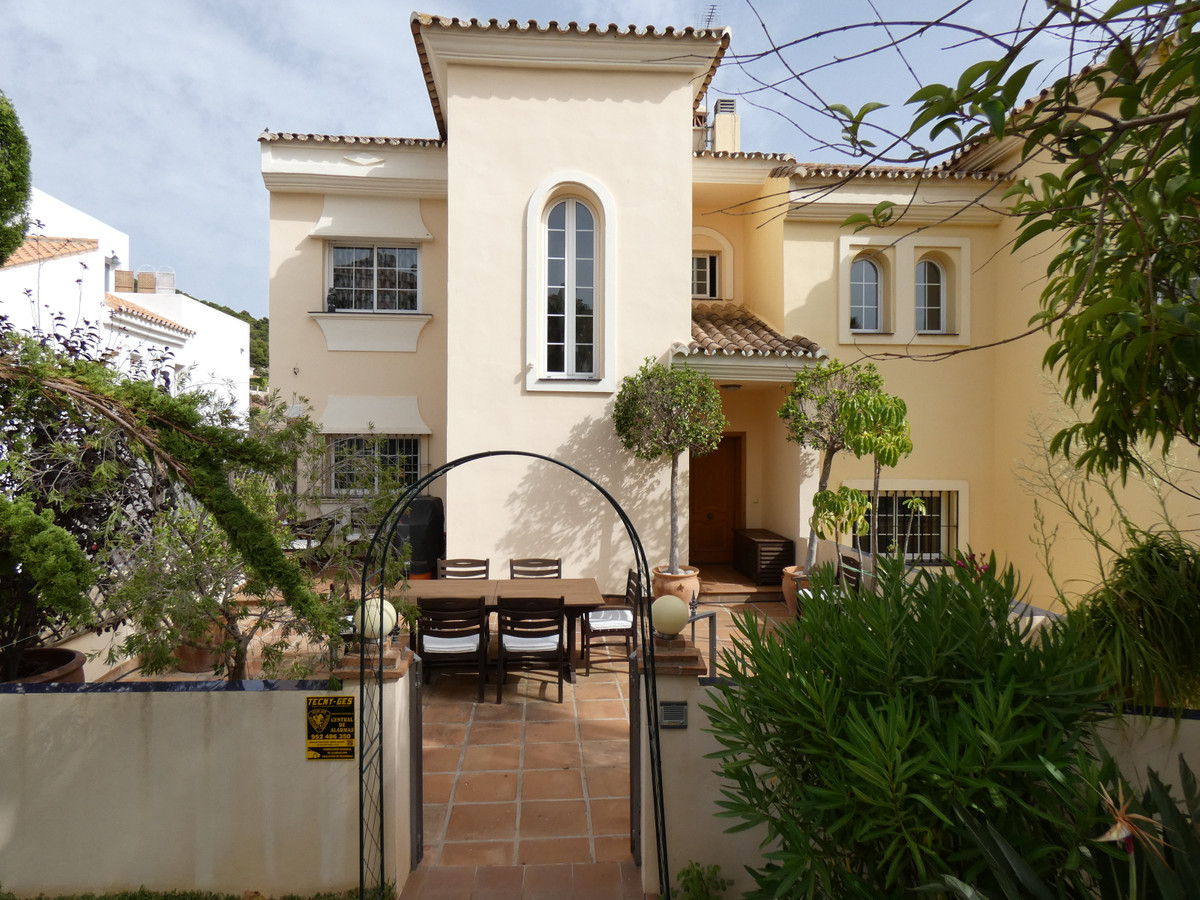 Spacious semi-detached house in the heart of Alhaurin Golf with private garden. It comprises 3 floor,Spain