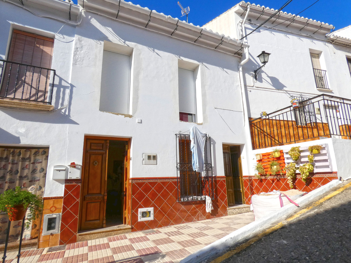Large townhouse overlooking two streets in Alora. The property has 2 bedrooms, 1 bathroom, two livin, Spain