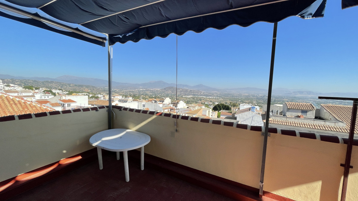 This spacious 3 bedroom penthouse apartment is located on the main street of the lively town of Alha,Spain