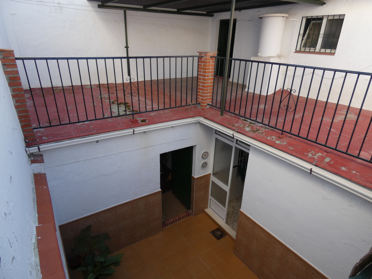 Nice west-facing two-storey townhouse with access to two streets in Alhaurin el Grande. It is distri,Spain
