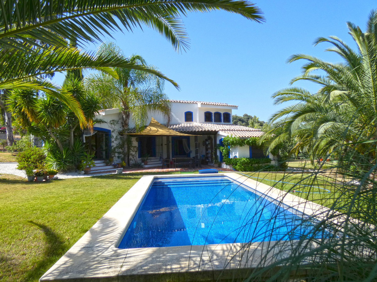 Beautiful country house with a lot of charm, very private and located just 5 minutes from the A355 r,Spain
