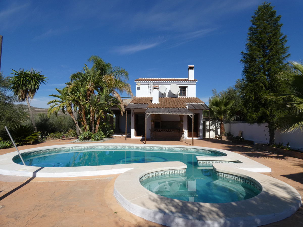 Beautiful country house in an excellent location in Alhaurin El Grande. The house has a total build , Spain