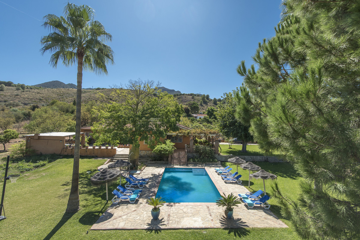 Charming country house that offers plenty of space, light and privacy.  The property is located betw,Spain