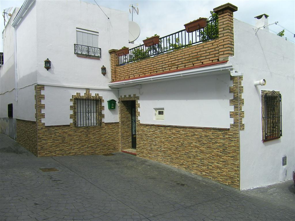 A beautiful townhouse located in a quiet area on the outskirts of Alhaurin el Grande. It was an old , Spain